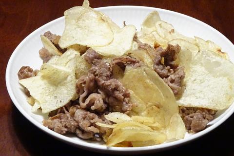 牛肉とポテトチップスの炒め物